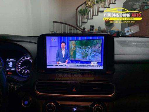 Với giao diện thân thiện và đầy đủ thông tin hỗ trợ rất nhiều cho vị trí người lái xe. Giao diện của Màn hình android cho xe Hyundai Kona được chia làm hai phần, một nửa hiện các thông tin như thời tiết, lịch âm, lịch dương, giờ và thông tin bài nhạc đang nghe. Nửa còn lại hiển thị hình ảnh chiếc xe và tốc độ thực tế khi xe di chuyển.
